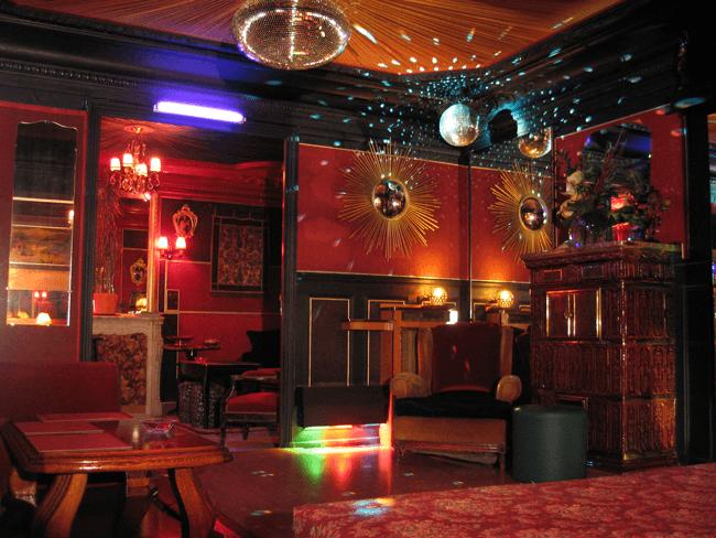 Piste de danse et bar du 10bis club libertin
