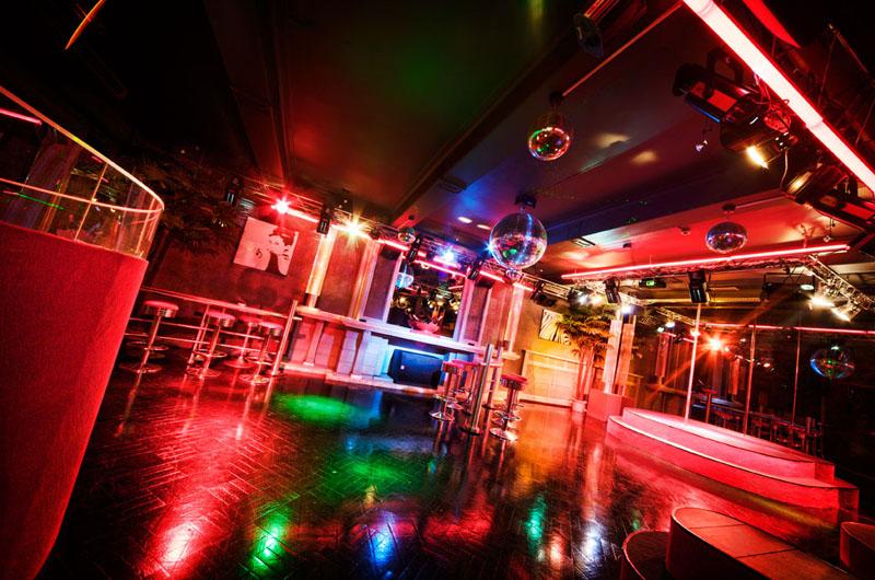 Piste de danse et bar du Privilège Club à Renaix